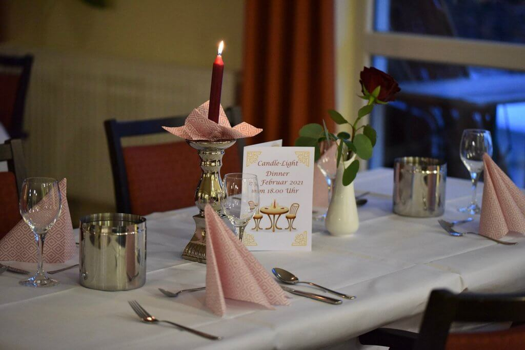 Der Tisch ist gedeckt zum Candle-Light-Dinner